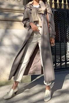 These Sweater Weather Trends Are A Must-Try This Year Fashion influencer wearing a cream sweater over a grey trench coat, a white t-shir. Grey Trench Coat, Trench Coat Outfit, Chic Fall Fashion, Fashion Trends, Fashion Hats, Fashion Outfits, Fashion Edgy, Live Fashion, Fashion Spring
