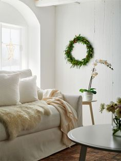 Don't count on a white Christmas – make it happen yourself! Mix whites in different textures, throw in decorative notes of greenery and feel your home fall into a stylish holiday mood. #IKEAaccessories #IKEAwhitechristmas #GURLI #cushion #myIKEA #IKEA #textiles #interiorinspo #homeideas #cosy #livingroom #interiorinspo #christmas #holidayseason #decoration #holidaymood #Zuhause #winter #christmas #Weihnachten #Wohnzimmer #einrichten #Dekorationsideen