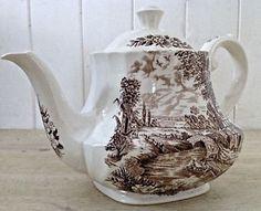 Antiquité. Collection. Théière en porcelaine d'Angleterre