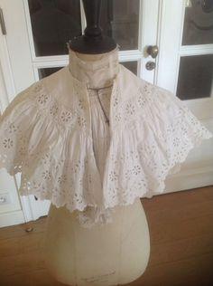 jolie petite cape ancienne en coton ajouré et dentelle French Vintage, Ruffle Blouse, Victorian, Cape, Dresses, Fashion, Pretty, Lace, Cotton