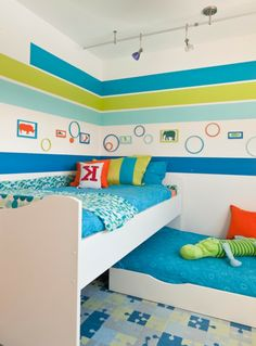 wandbemalung-kinderzimmer-hell-blau-grün-und-weiß- bunte dekokissen - Kinderzimmer streichen – lustige Farben für eine freundliche Atmosphäre