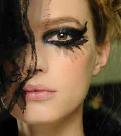 Ideas de maquillaje para #Nochevieja: copia el look dark deluxe de Chanel