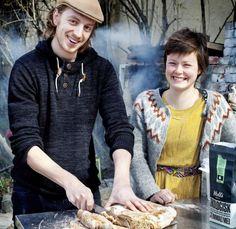 UTEN GJÆR: Karla Siverts lager surdeigsbrød sammen med baker Pontus Blomberg. På benken ligger et nystekt mellomgrovt surdeigsbrød. Oppskriften finner du nedenfor. Foto: METTE MØLLER