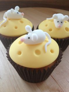 'Cheese' cupcakes with tiny mouse