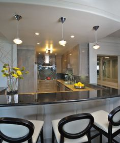 Серая кухня в интерьере: 75+ избранных классических и современных дизайнерских решений http://happymodern.ru/seraya-kuxnya-v-interere-foto/ От графитного до серебристого оттенка серого цвета в интерьере современной кухни