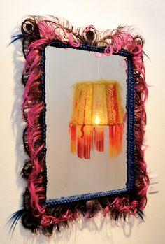 Miroir Agathe, création unique en cheveux synthétiques. Objet de décoration decalé et de curiosité rare, Création Artisanale de la boutique MickiCHOMICKI sur Etsy