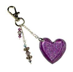 Porte clés/bijou de sac coeur violet en résine pailletée, toupies Swarovski et perles de bohème en verre fait main : Porte clés par les-bijoux-du-belier