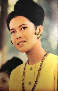 Her Majesty The Queen Sirikit Of Thailand Crown Prince Of Thailand, Queen Sirikit, Bhumibol Adulyadej, Her Majesty The Queen, Vintage Pictures, King Queen, Royalty, Celebrities, Thai Thai