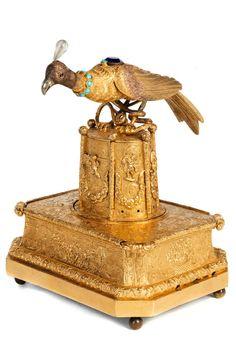 Höhe: 15 cm. Länge: 11,5 cm. Tiefe: 9 cm. Frankreich, 18. und 19. Jahrhundert. 14 kt Vergoldung. Rechtecksockel auf Kugelfüßen, darauf nach oben sich leicht...