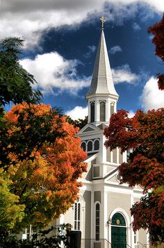 Classic New England church in Concord, Massachusetts Old Country Churches, Old Churches, Abandoned Churches, Catholic Churches, Concord Massachusetts, Church Pictures, New England Homes, Autumn Scenery, Cathedral Church
