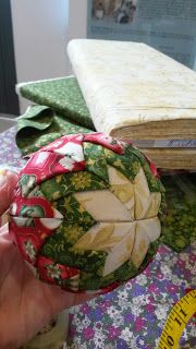 JEJOMA, COSTURERO CREATIVO: NUEVO TUTORIAL: BOLAS DE NAVIDAD. (PATCHWORK SIN AGUJA) Quilted Ornaments, Beaded Christmas Ornaments, Christmas Crafts, Watermelon, Decorative Boxes, Patches, Quilts, Fruit, Diy