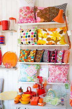 it´s so cute! Basement Craft Rooms, Small Craft Rooms, Craft Booth Displays, Store Displays, Cricut Craft Room, Sewing Room Organization, Shop Interiors, Diy Crafts To Sell, Store Design