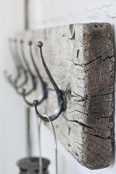 Treibholz als Garderobe mit Kleiderhaken
