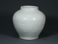 Bluish White Porcelain Jar with Incised Dragon Design 큰 이미지
