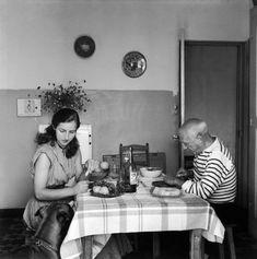 Pablo Picasso almorzando con Francoise Gilot by Robert Doisneau. Henri Cartier Bresson, Robert Doisneau, Francisco Goya, Malaga, Picasso Pictures, Francoise Gilot, Georgia O'keeffe, André Kertesz, Dora Maar