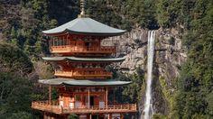 Flanquée du temple bouddhique Seiganto-ji, la cascade de Nachi, haute de 133 mètres, chérie par les meilleurs peintres japonais.