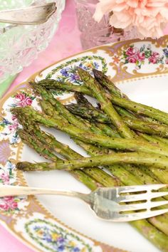 Some stay-at-home cooks never have any success with asparagus. Roasted asparagus, however, is a game-changer. Vegetable Sides, Vegetable Recipes, Thanksgiving Recipes, Holiday Recipes, Holiday Side Dishes, Fruits And Veggies, Vegetables, Southern Recipes, Asparagus