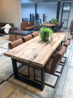 Old solid oak table with steel legs Wood Furniture Living Room, Dining Room Table Decor, Dining Room Design, Furniture Design, Home Furniture, Solid Oak Table, Sitting Room Decor, Luxury Dining Room, Home Decor Kitchen