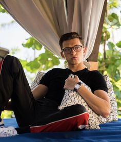 i really like marvel and tom holland so i decided i should post about it🤗🤗 Siper Man, Tom Peters, Tom Holand, Hot Guys, Baby Toms, Tom Holland Peter Parker, Tommy Boy, Men's Toms, Celebs