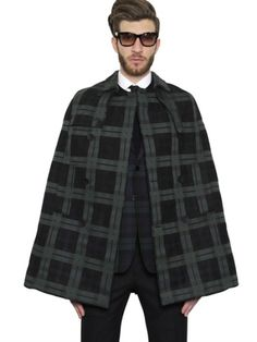 Tenue homme, cape à motif écossais, costard, chemise blanche, lunettes de  soleil 1f7c06836bec