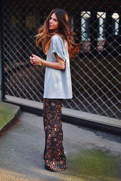 Maja Wyh usa maxi t-shirt cinza, calça estampada e acessórios dourados