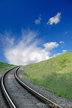 Railway e céu azul escuro com nuvens brancas, primavera
