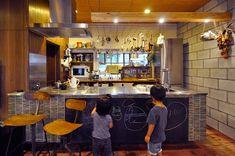 キッチンのカウンターの黒板で、子どもたちが夢中でお絵描き。子どもたちが成長して要らなくなったら取り外す事ができる。
