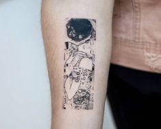 Tattoo Klimt& Kiss The kiss Klimt Tattoo, Kiss Tattoos, Body Art Tattoos, New Tattoos, Hand Tattoos, Tatoos, Pretty Tattoos, Cute Tattoos, Beautiful Tattoos, Small Tattoos