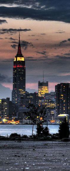 Cae la noche en Manhattan, Nueva York.
