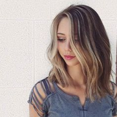 If you want to copycat this look, ask you colorist for a blonde foil or hand painted highlights around your face. Honey blonde, beige or caramel, are the best highlight colors for a brown hair color. Even just few small highlights around the facecan take yourlook to awhole new level.