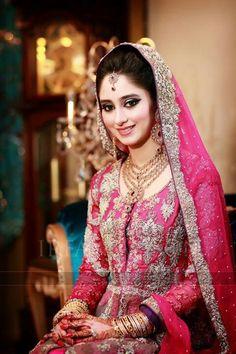 Ideas for pakistani bridal makeup pink jewelry Indian Bridal Party, Pakistani Bridal Makeup, Asian Bridal, Pakistani Wedding Dresses, Pakistani Outfits, White Wedding Dresses, Peach Dresses, Dulhan Dress, Lehenga