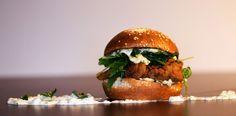 LIVERTINE: Probabil că nu te-ai fi așteptat de la un burger să aibă ficăței de pui crispy și rucola. Asta e fiindcă abia acum ți s-a oferit în mod serios ocazia de a descoperi burgerii. Livertine te invită să explorezi latura lor captivantă, posibilitățile neașteptate ale bucătăriei tradiționale americane.  Numai că, pentru delicii culinare cu adevărat urbane, Frankly depășește rețetele brandurilor corporatiste și îți propune ingeniozitatea unor adevărați pasionați de gourmet. Have fun! Gourmet Burgers, Delicious Burgers, Salmon Burgers, Hamburger, Tasty, Lunch, Treats, Homemade, Ethnic Recipes