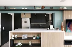 Apartamento BOULEVARD 134 e sua cozinha integrada com a área social <3 PROJETO: Studio Idealize! Arquitetura FOTO: Mariana Orsi