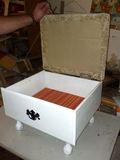 Add legs to an old drawer, hinged lid with a padded top, and you have an ottoman/footstool with storage. 15 DIY Ideas How to Re-purpose Old Drawers Refurbished Furniture, Repurposed Furniture, Furniture Makeover, Painted Furniture, Chair Makeover, Furniture Projects, Furniture Making, Diy Furniture, Furniture Refinishing