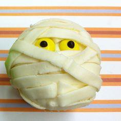 Mummy Cupcake / Mummie cupcake Snij dunne repen van witte marsepein en laat de kinderen zelf een Mummie Cupcake maken. Eetbare oogjes kopen of oogjes van M en M's maken.