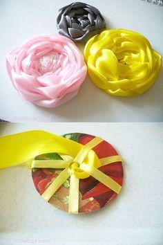 Silk Ribbon Embroidery Flowers Wove through circle ribbon rose. Roses En Ruban Satin, Satin Ribbon Roses, Ribbon Art, Satin Flowers, Diy Ribbon, Fabric Ribbon, Ribbon Crafts, Flower Crafts, Diy Flowers