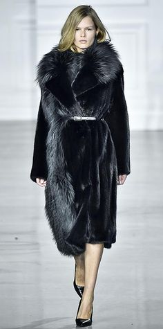 Runway Looks We Love: New York Fashion Week - Fall/Winter 2015 Fur Fashion, Only Fashion, Couture Fashion, Love Fashion, Runway Fashion, Fashion Outfits, 2015 Fashion Trends, Fashion Week 2015, Victor Hugo