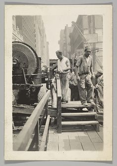 Berenice Abbott - Construction Workers, New York Berenice Abbott, Vintage New York, Construction Worker, City Architecture, Metropolitan Museum, Old And New, Old School, New York City, Nyc