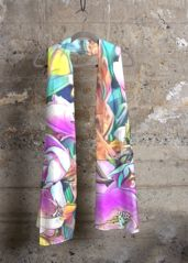 Virginia Wright Floral Cashmere Scarf: What a beautiful product! This scarf will add a touch of luxury and modern elegance to your wardrobe.