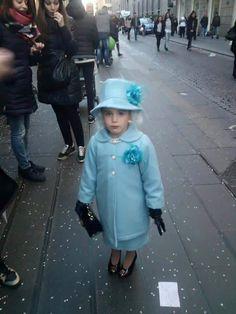 Una piccola regina Elisabetta al Carnevale di Napoli