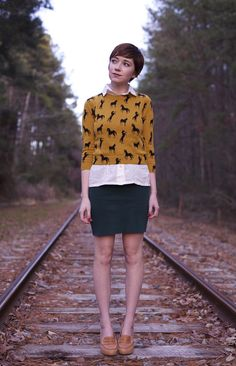 Mustard yellow sweater with horse print over white button-down shirt and dark grey pencil skirt Preppy Style, Style Me, Gamine Outfits, Librarian Style, Estilo Hippy, Gamine Style, Sweater And Shorts, Cool Sweaters, Geek Chic