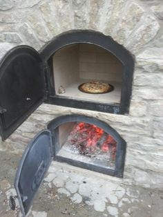 This is an image of a white pizza oven I found on catia dreams of pizza website Stone Pizza Oven, Build A Pizza Oven, Diy Pizza Oven, Pizza Oven Outdoor, Pizza Ovens, Wood Oven, Wood Fired Oven, Masonry Oven, Outdoor Smoker