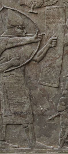"""Em detalhe ao relevo, guerreiro assírio sob armadura pesada erguendo um escudo para que o rei (Ashurnasirpal II """"?"""") possa disparar flechas em segurança"""