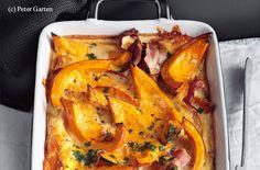 Backrohr auf 180 °C (Ober-/Unterhitze, Umluft 160 °C) vorheizen. Kürbis halbieren, die Kerne mit einem Löffel entfernen und das Fruchtfleisch in ca. 2 cm dicke Spalten schneiden. Eine rechteckige Auflaufform (ca. 15 x 25 cm) mit Butter einfetten und die... Superfood, Cheddar, Lasagna, Food Inspiration, Good Food, Turkey, Low Carb, Pumpkin, Meat
