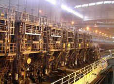 蒸気立ち籠める熱間圧延工場