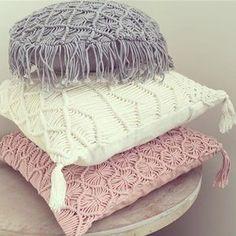 vários formatos e cores de almofadas feitas com macramê