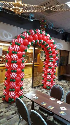 Quick Link arch w/ red and white spray pattern balloons