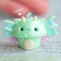Gorgeous Find Cheap Diamond Rings Ideas Charms Jewelry Dragon Cupcake finally done! Polymer Clay Cupcake, Polymer Clay Charms, Polymer Clay Creations, Polymer Clay Art, Fimo Kawaii, Polymer Clay Kawaii, Polymer Clay Animals, Crea Fimo, Cute Clay