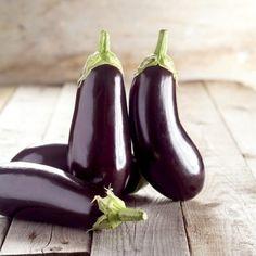 En plus d'être peu calorique et riche en fibres alimentaire, l'aubergine est un légume très apprécié car avec sa texture et saveur, on peut la cuisiner de plusieurs façons : la ratatouille, la moussaka, le caviar d'aubergines ... Mais ne la peler surtout...