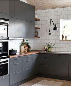 Et grått kjøkken er et moderne kjøkken. Grey Kitchen Cabinets, Kitchen Rug, Kitchen Countertops, Kitchen Furniture, New Kitchen, Kitchen Decor, Kitchen Ideas, Kitchen Centerpiece, Dark Grey Kitchen